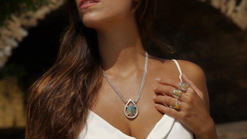 Espectacular posado de nuestra modelo mostrando collar y anillos de ópalos de Etiopía