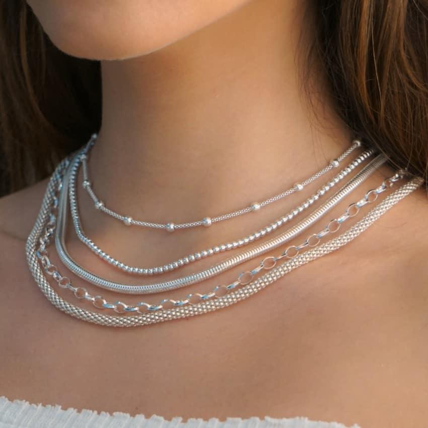 Cadenas de plata, distintos modelos mostrados en cuello.