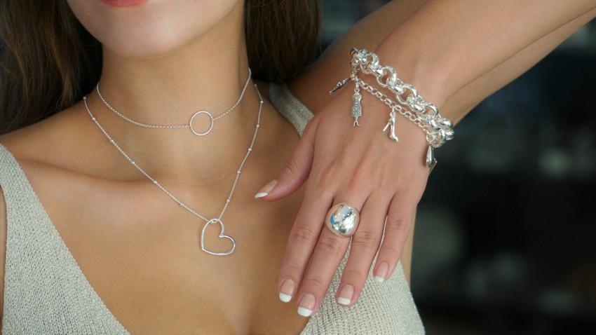 Selección de joyas de plata mostradas por nuestra modelo
