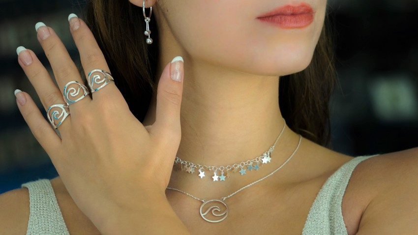 Selección de joyas de gargantillas, pendientes y anillos de plata