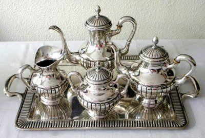 Juego de café con llamativo efecto de envejecido, también llamado plata vieja.