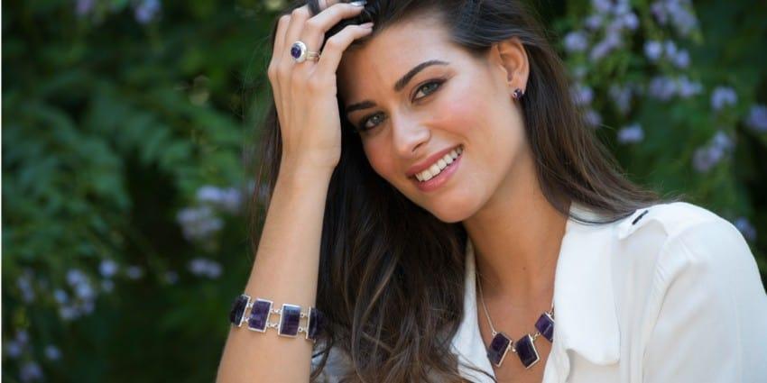 Joyas de cuarzo amatista, gargantilla, anillo, pulsera y pendientes en modelo con camisa blanca