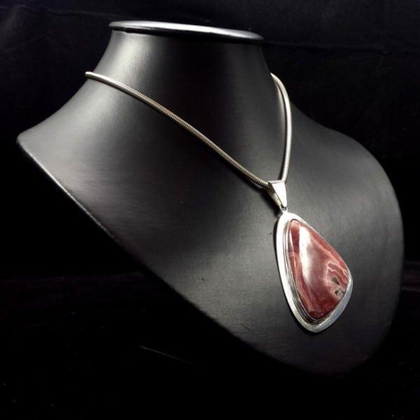 Espectacular colgante de rodocrosita fabricado en plata de ley