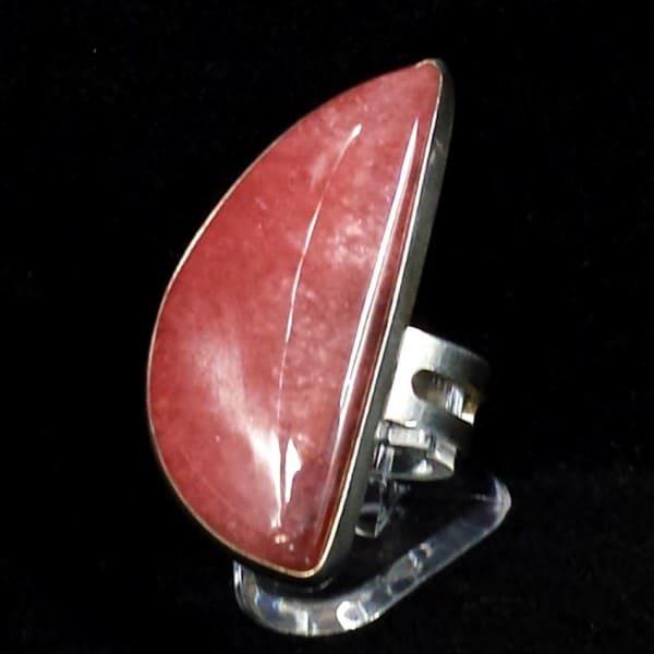 Espectacular joya de plata. Anillo adaptable de Rodocrosita fabricado en plata de ley 925. Piedra con forma de cabujón procedente de tierras Argentinas.