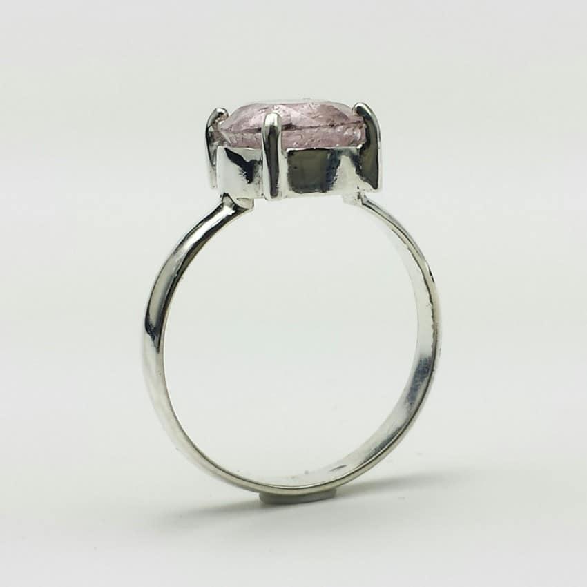 Anillo de turmalina rosa claro fabricado en plata