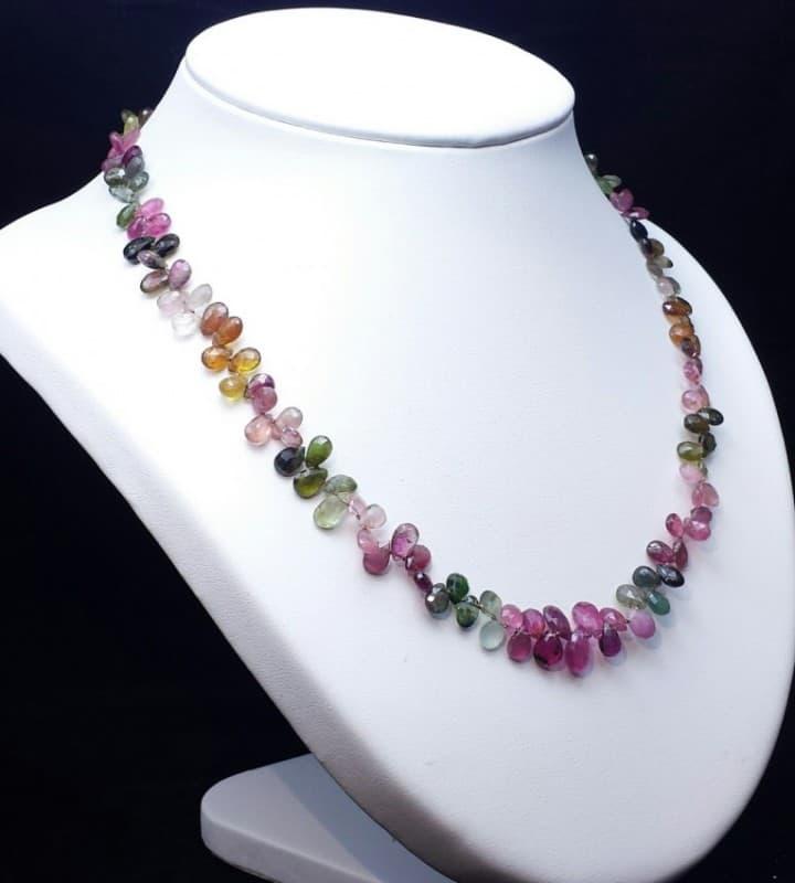 Collar de turmalina rosa, verde y naranja en piedras facetadas con forma de lágrima y nudos entre cuentas.