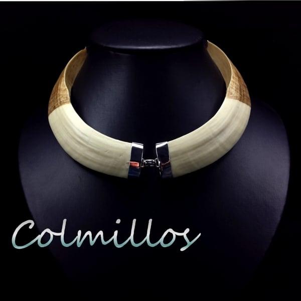 Realizamos joyas de plata con piezas de resina de gran dureza imitando los colmillos de jabalíes. Nunca fabricamos con piezas provenientes de Animales.