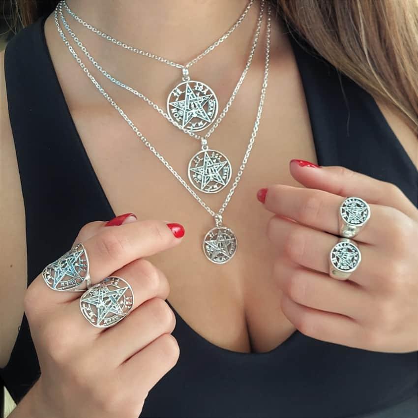 Colgantes y anillos tetragramatón