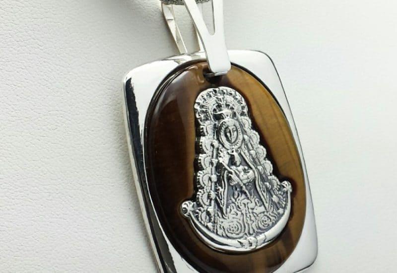 Colgante en Plata de Ley 925 mls y Ojo de Tigre – Medalla de la Virgen del Rocío