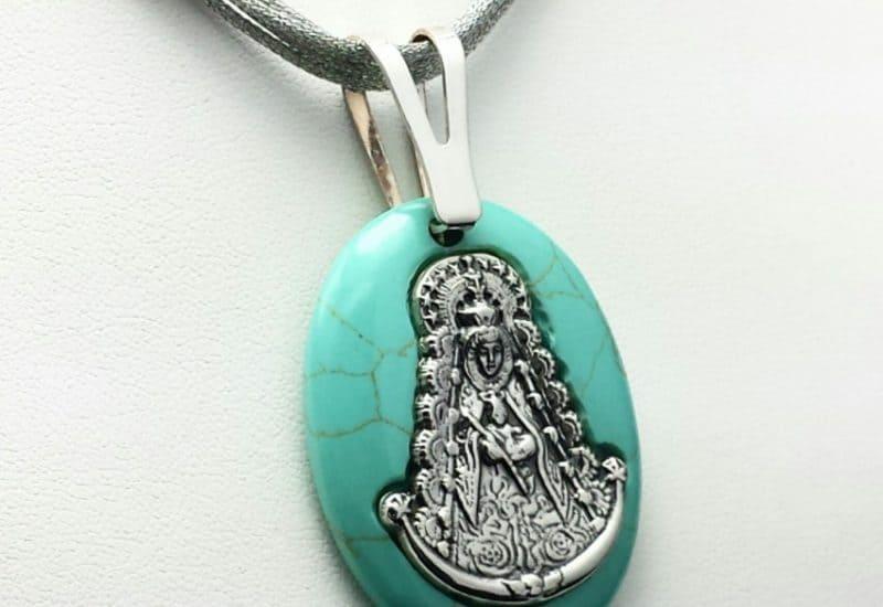 Colgante en Plata de Ley 925 mls y Howlita – medalla de la Virgen del Rocío