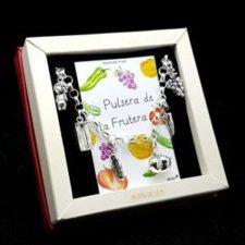 Pulsera fabricada en plata que lleva colgantes con motivos relacionado con el oficio de frutera: uvas, pimiento, tomate, pepino, caja para frutas y frutera.