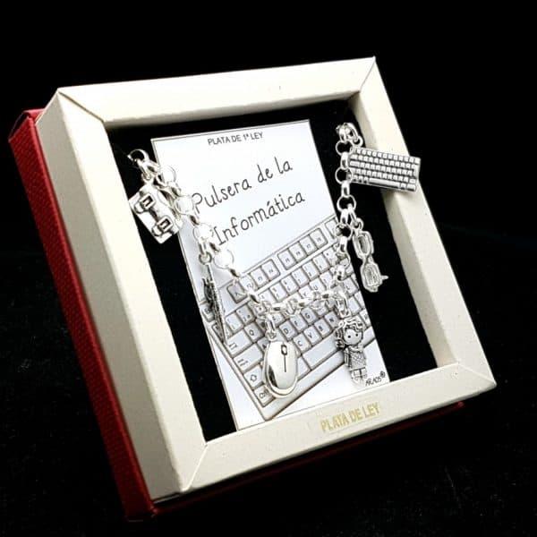 Preciosa pulsera fabricada en plata que lleva colgantes con motivos relacionado con el oficio o estudios de informática: Maletín, bolígrafo, ratón, informática, gafas y teclado.