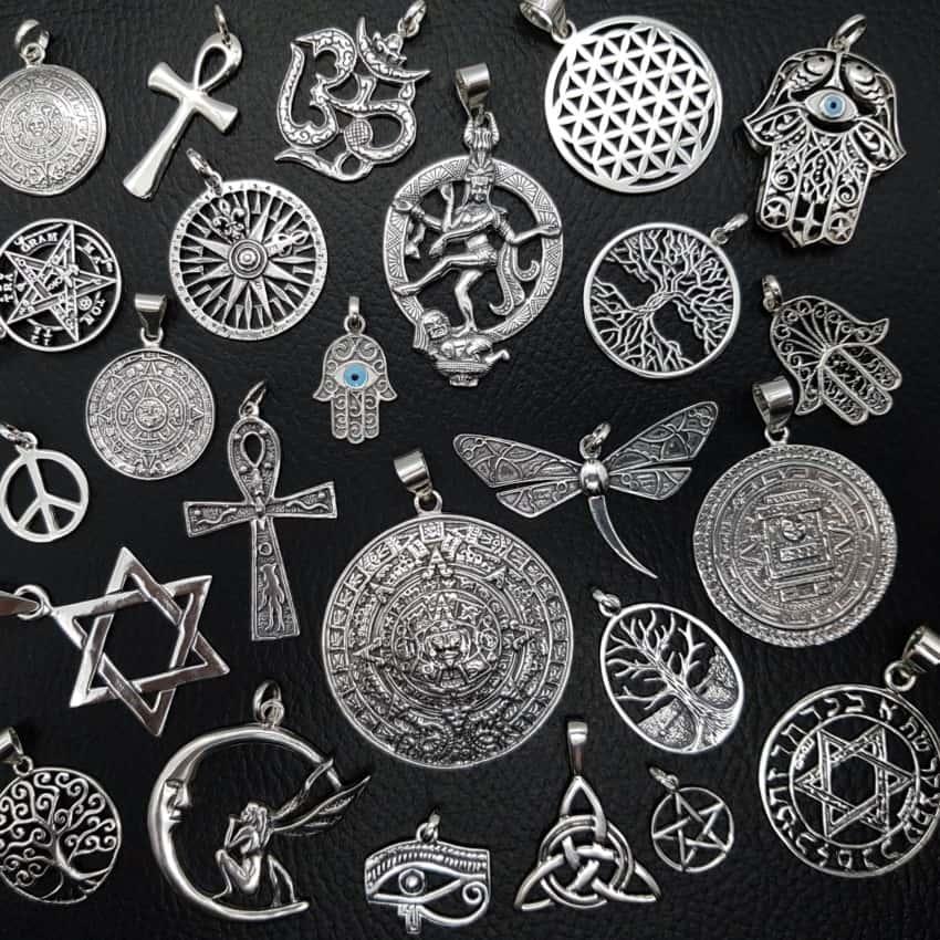 Selección de colgantes étnicos realizados en plata.