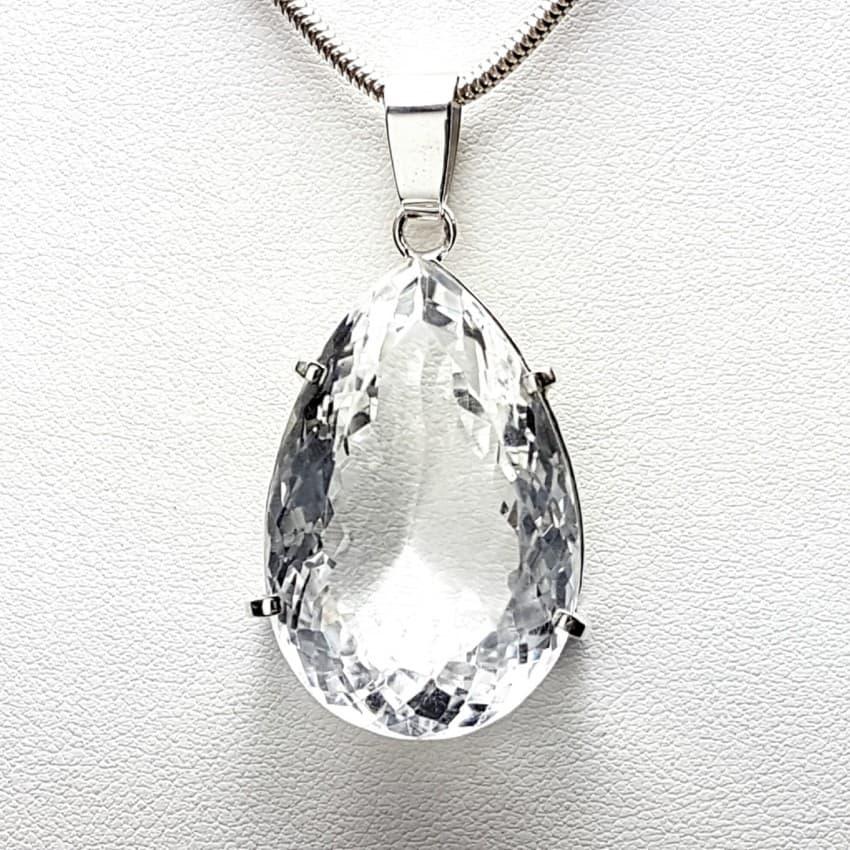 Colgante de cuarzo cristal de roca facetado en forma de lágrima y montado en plata.
