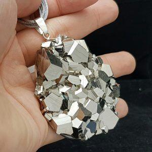 Increíble colgante de Pirita cristalizada procedende de Perú. Colgante fabricado en plata y realizado a mano de forma totalmente artesanal. Joya única y exclusiva con un brillo espectacular.