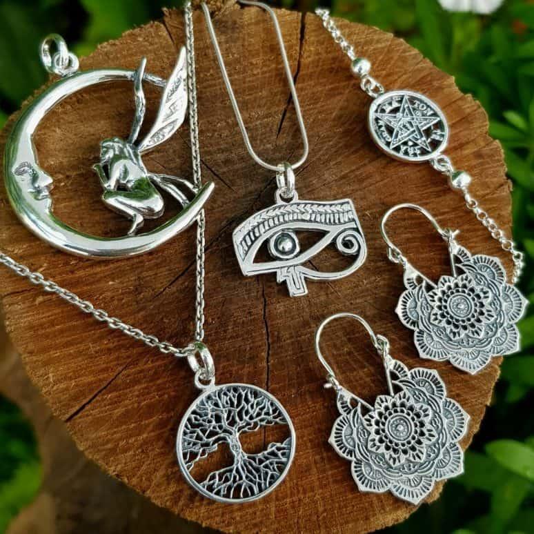 Selección de colgantes de plata y otras joyas