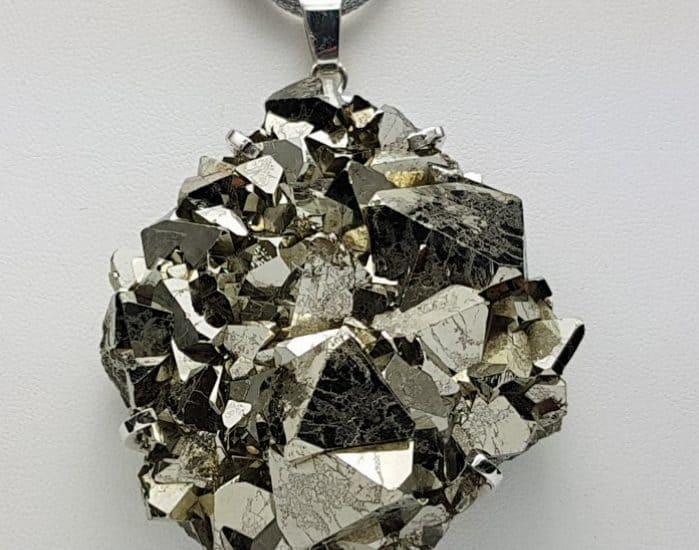 Espectacular colgante de Pirita cristalizada montada en plata