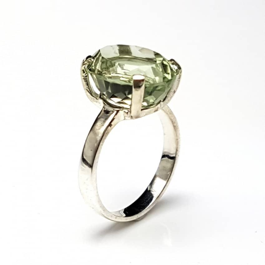 anillo cuarzo prasio o amatista verde montado en plata.
