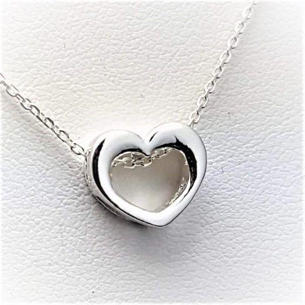 Collar corazón en plata. Gargantilla de gran calidad y acabado compuesta por cadena y colgante con forma de corazón.