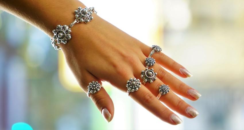 Imagen que muestra como lucen los anillos del botón charro en una mano femenina.