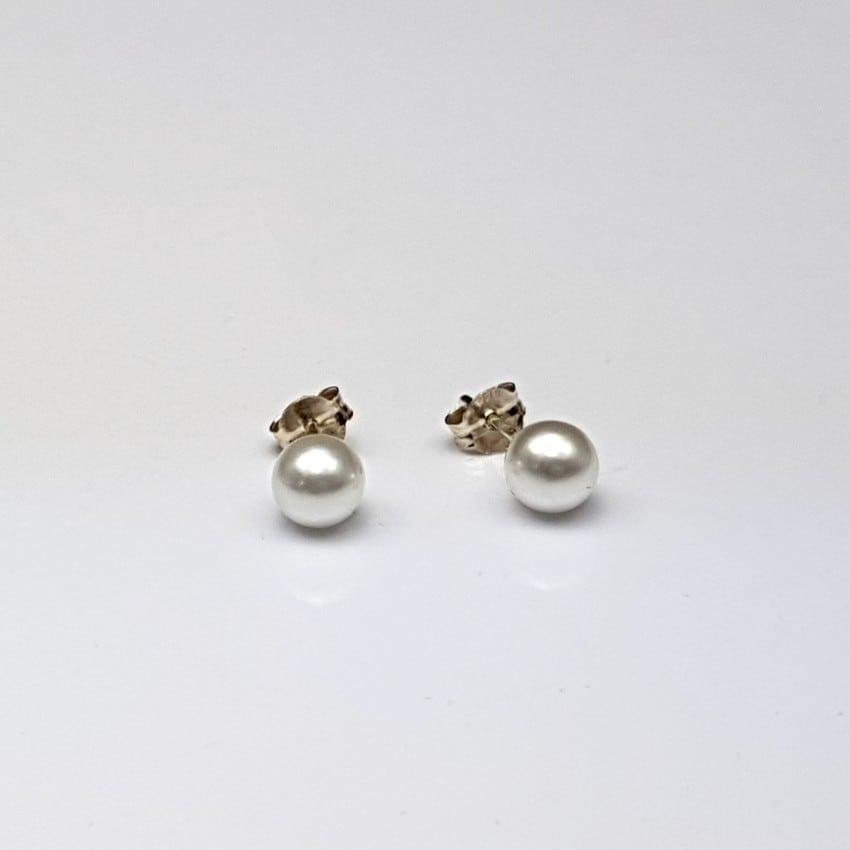 Pendientes de plata con perlas sintéticas.