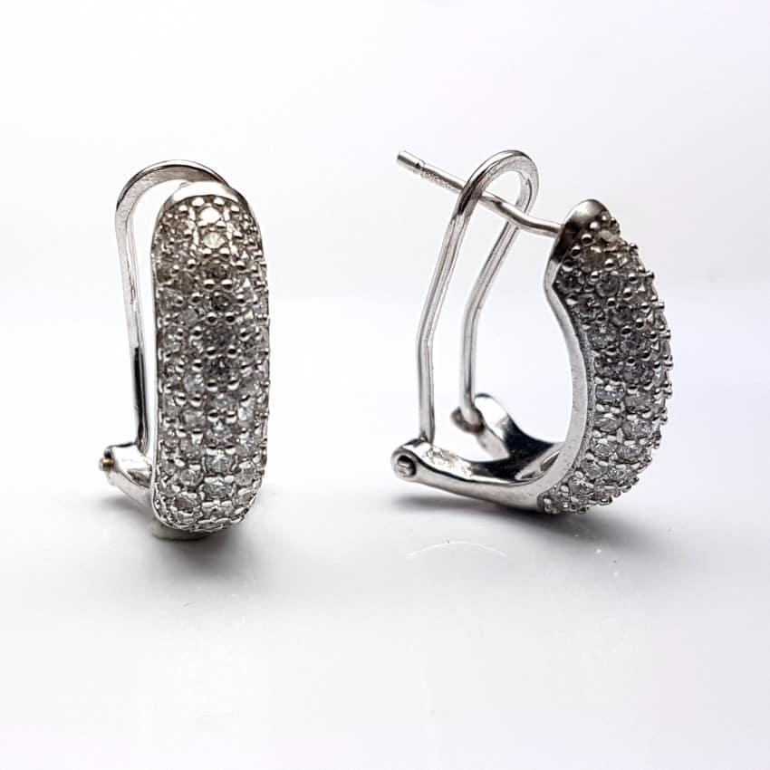 Medias argollas de plata con circonitas.