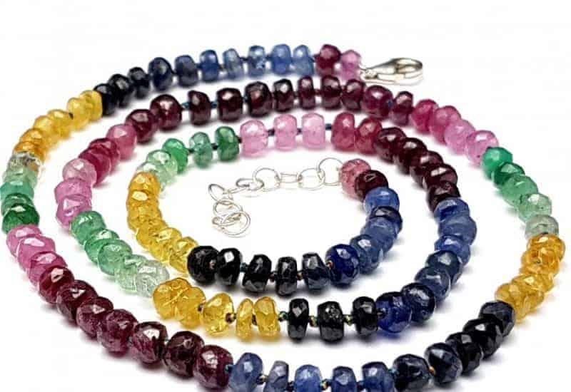 Precioso collar multipiedras con zafiro, heliodoro, esmeralda y rubí