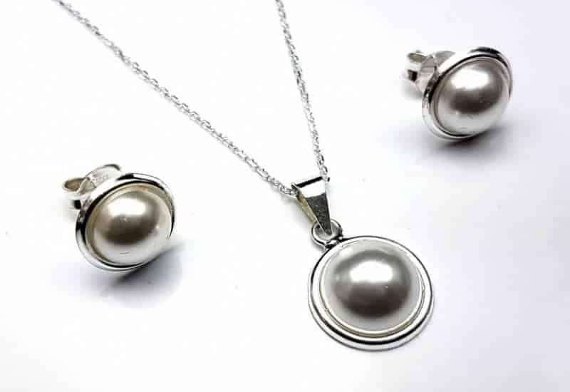 Conjunto de pendientes y gargantilla en Plata de Ley 925 mls con perlas sintéticas