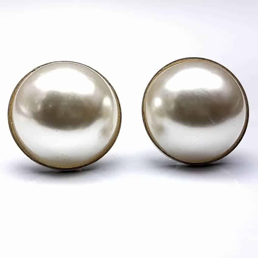 Pendientes de plata con perla sintética, cierre omega.