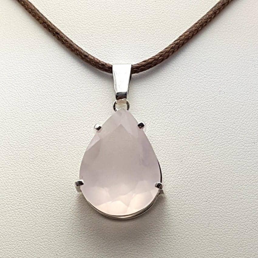 Colgante de plata y cuarzo rosa facetado, forma de gota.