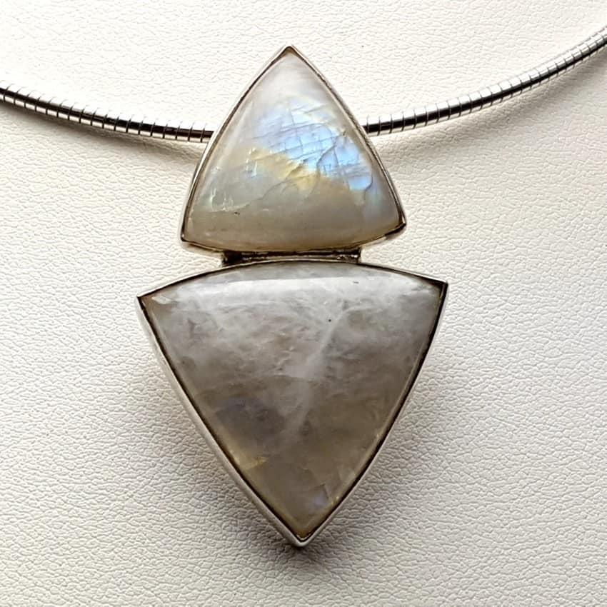 Colgante de plata y piedra luna de cabujón, forma triangular.