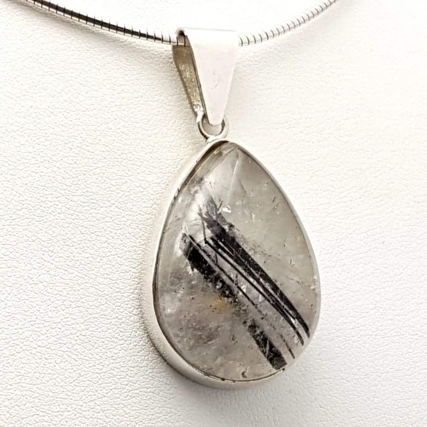 Colgante de plata con cuarzo turmalinado de cabujón, forma de gota.