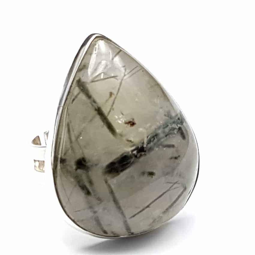 Anillo de plata con cuarzo turmalinado de cabujón, forma de gota.