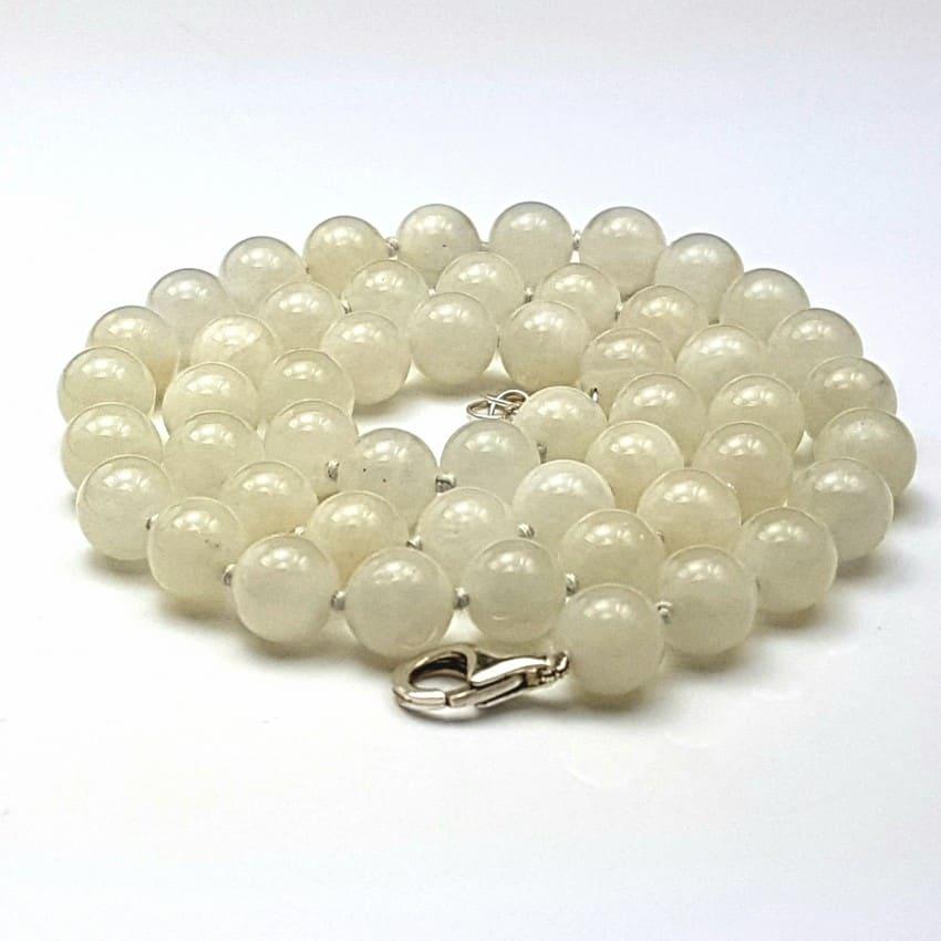 Collar bolas de piedra luna engarzadas en hilo con nudos entre cuentas.
