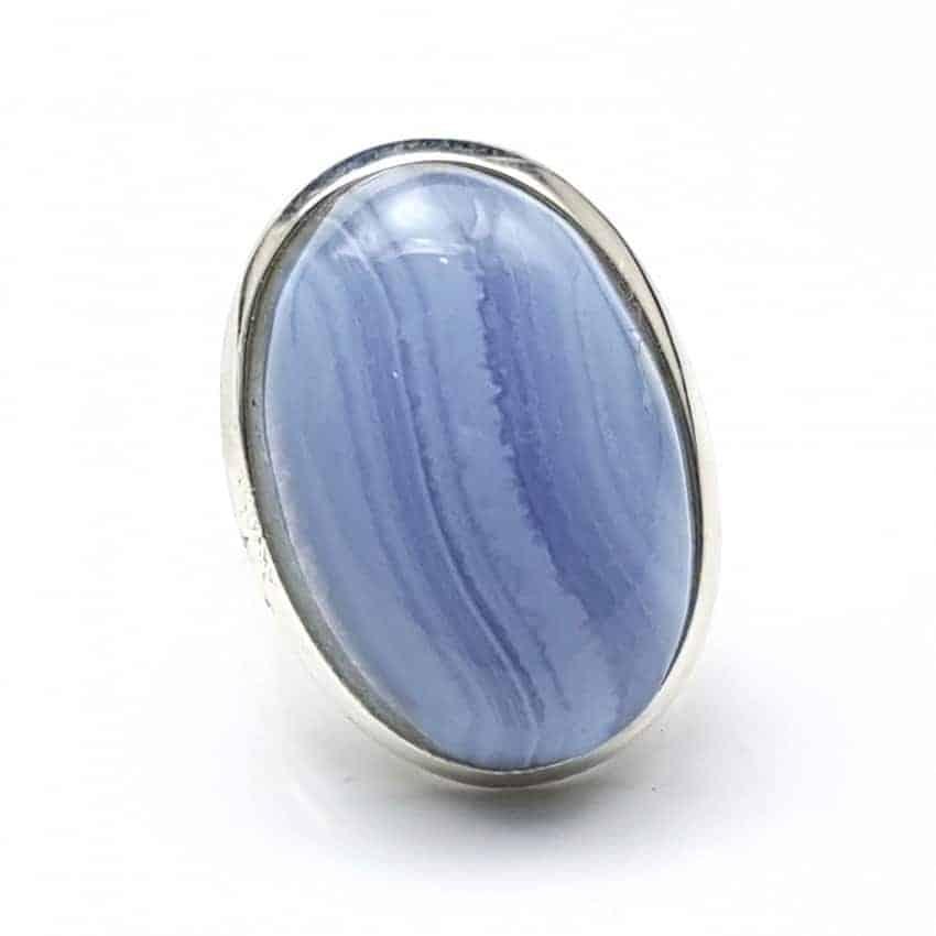 Anillo de plata con calcedonia azul de cabujón, forma oval.