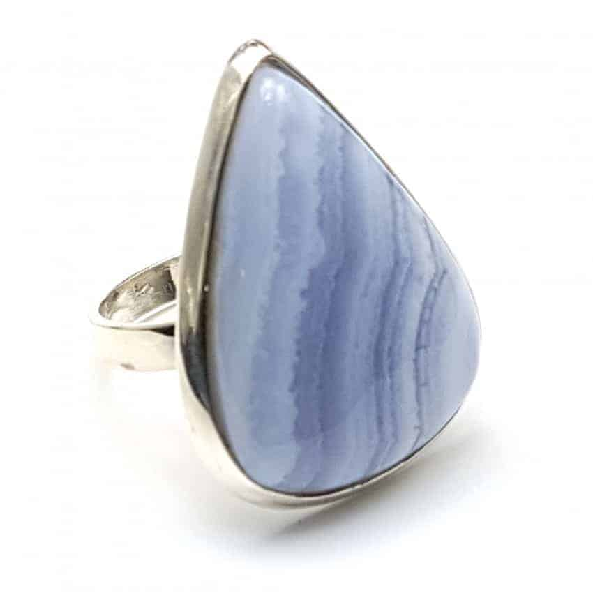 Anillo de plata con calcedonia azul de cabujón, forma de gota.