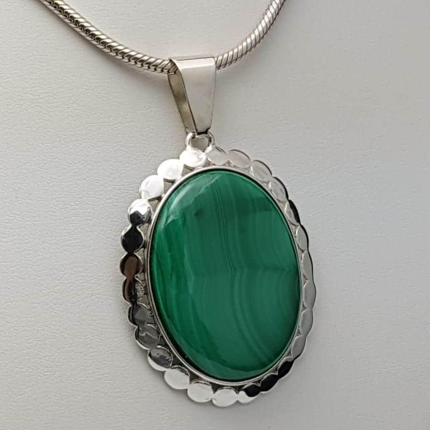 Colgante de plata con malaquita de cabujón, forma oval.