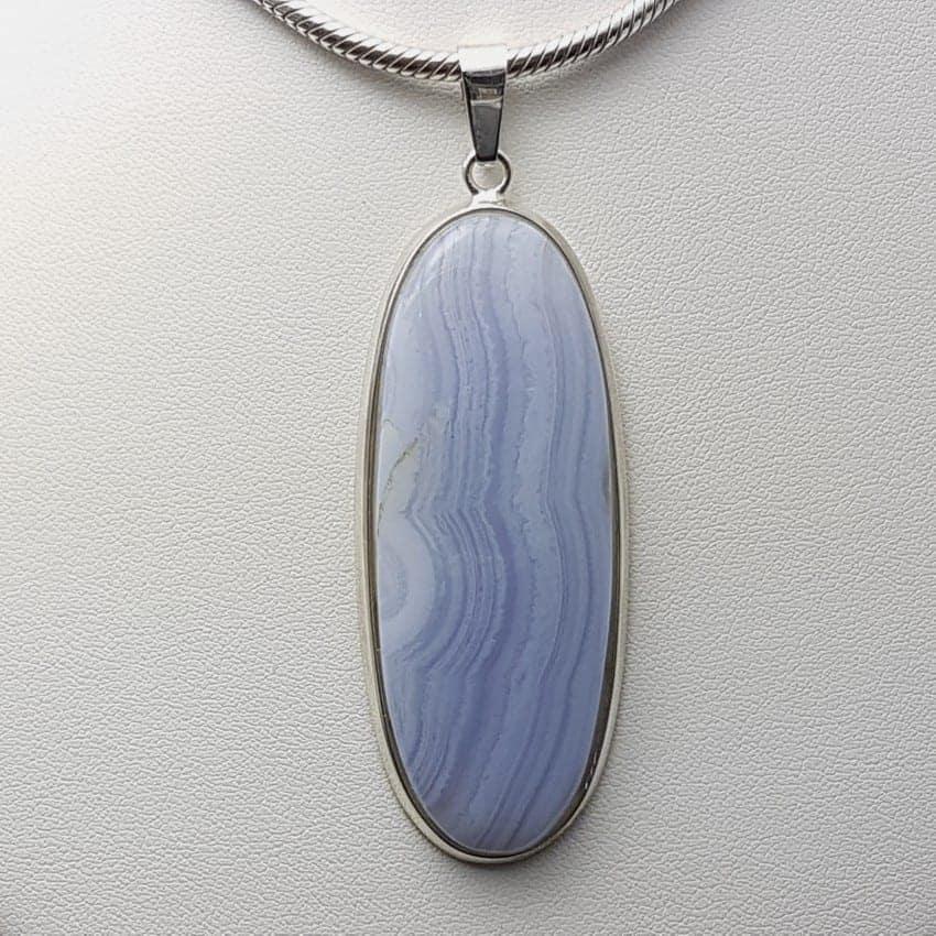 Colgante de plata con calcedonia azul de cabujón, forma oval.