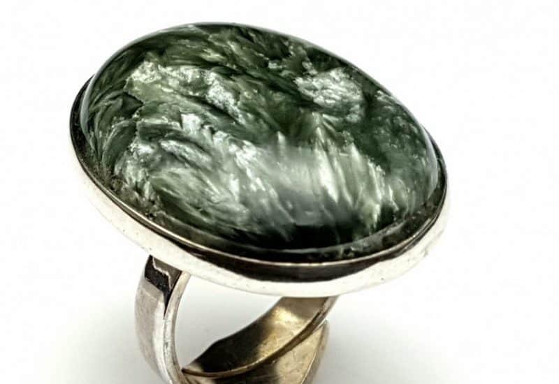 Anillo fabricado en plata de ley 925 mls con Serafinita