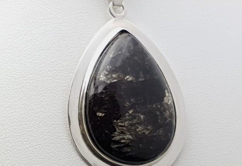 Colgante de Serafinita fabricado en plata