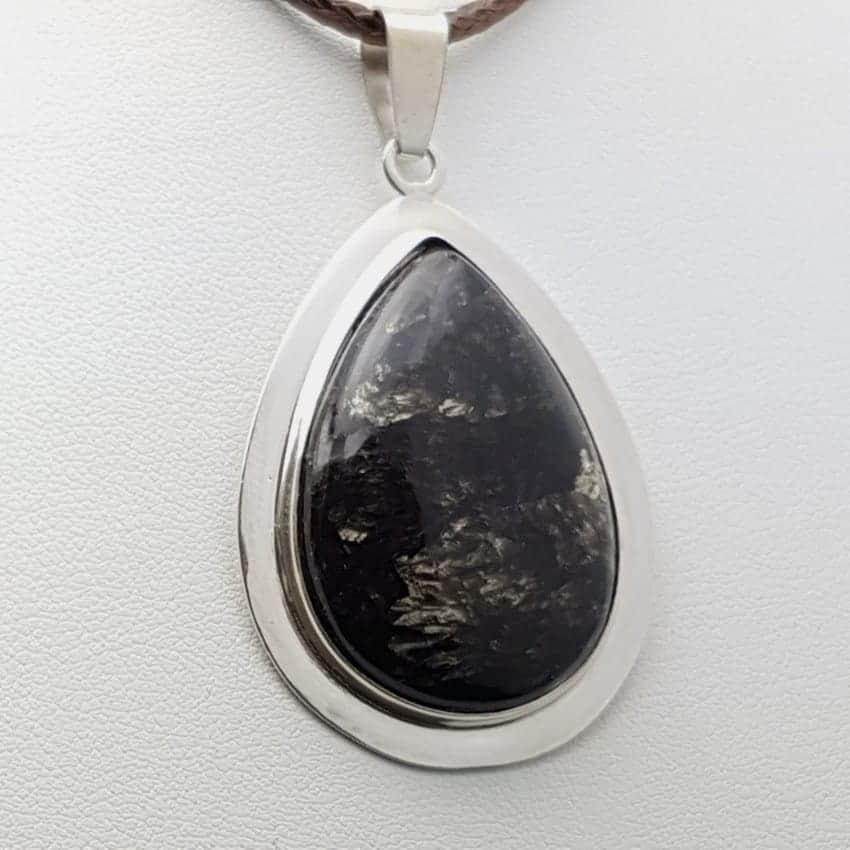 Colgante de plata con serafinita de cabujón, forma de gota.