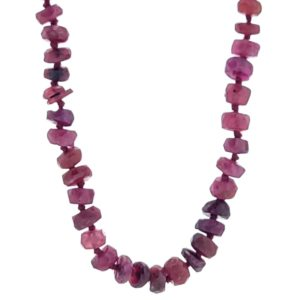 Collar rubíes con engarce de nudos de 45 centímetros de longitud