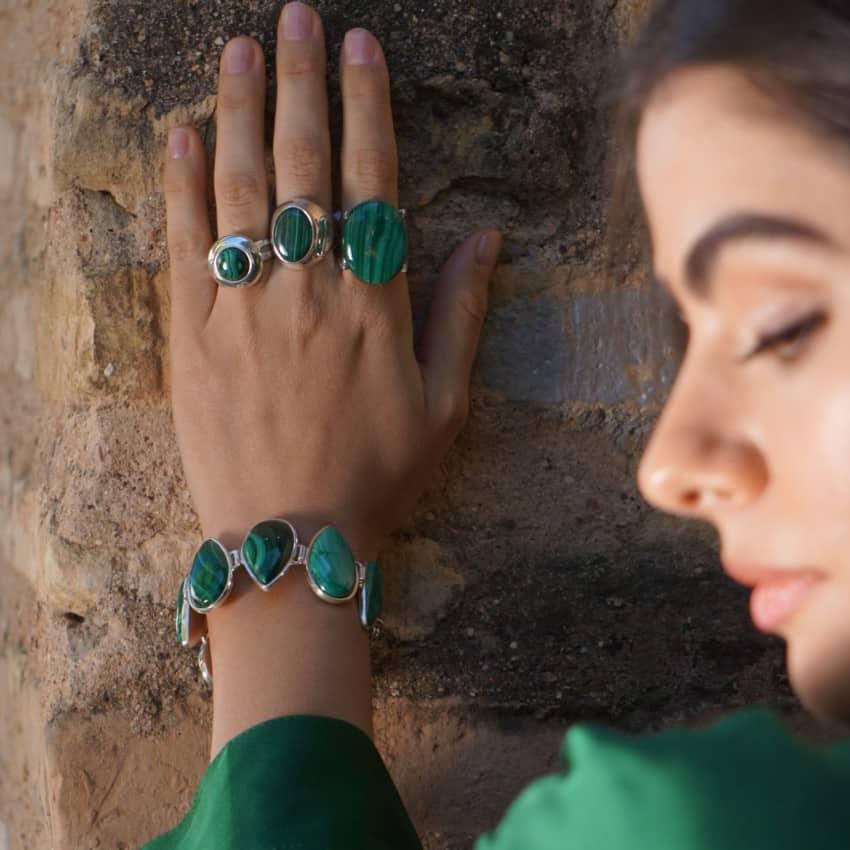 Mostramos varios anillos de malaquita y una de nuestras pulseras preferidas hecha de lágrimas de malaquita.