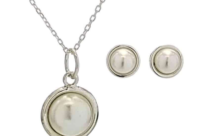 Conjunto de pendientes y gargantilla de perlas sintéticas