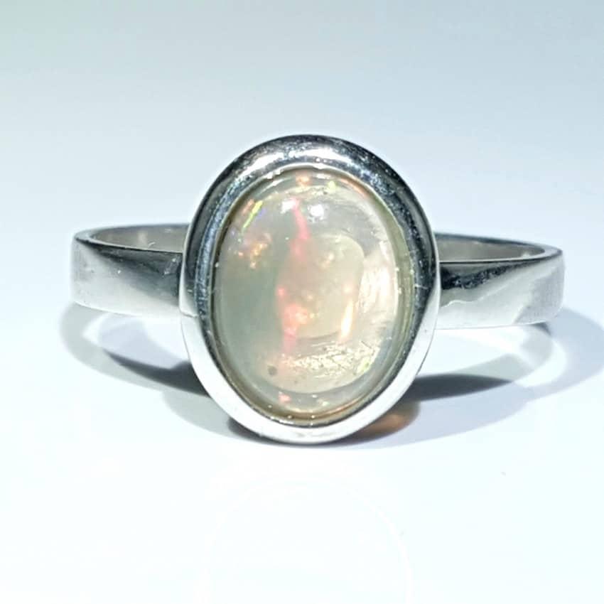 Anillo fabricado en plata con ópalo de cabujón, forma oval.