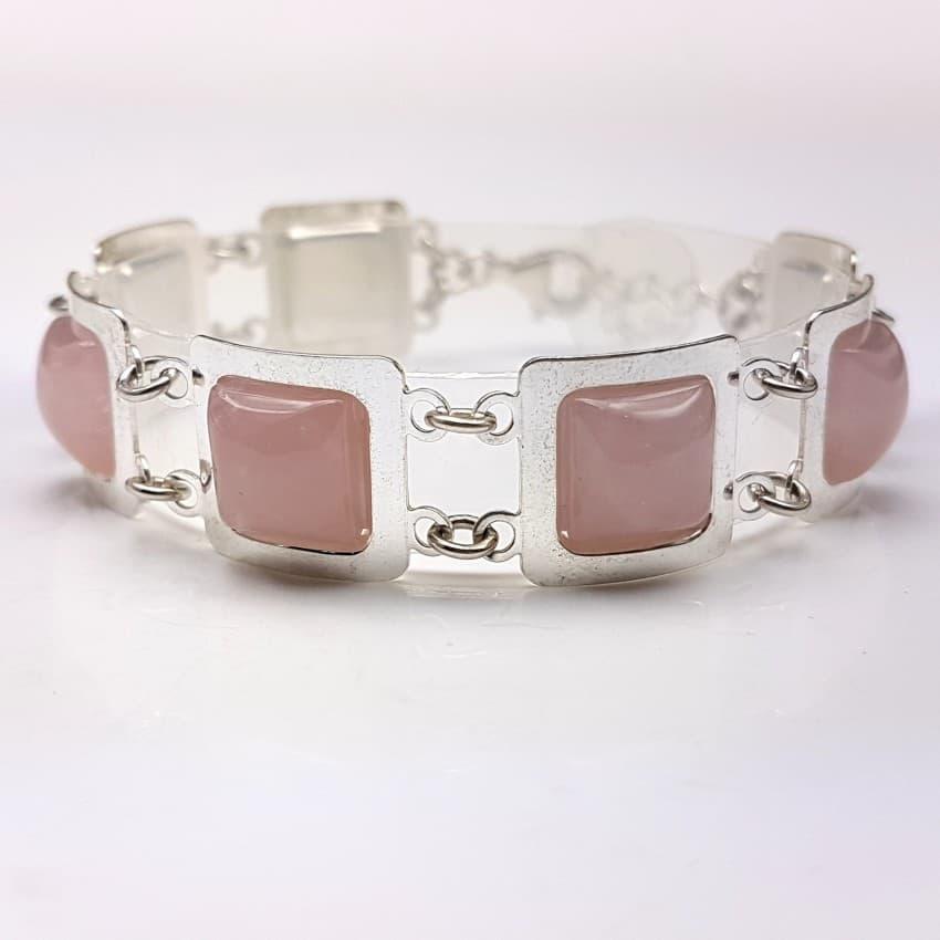 Pulsera de plata y cabujones de cuarzo rosa.