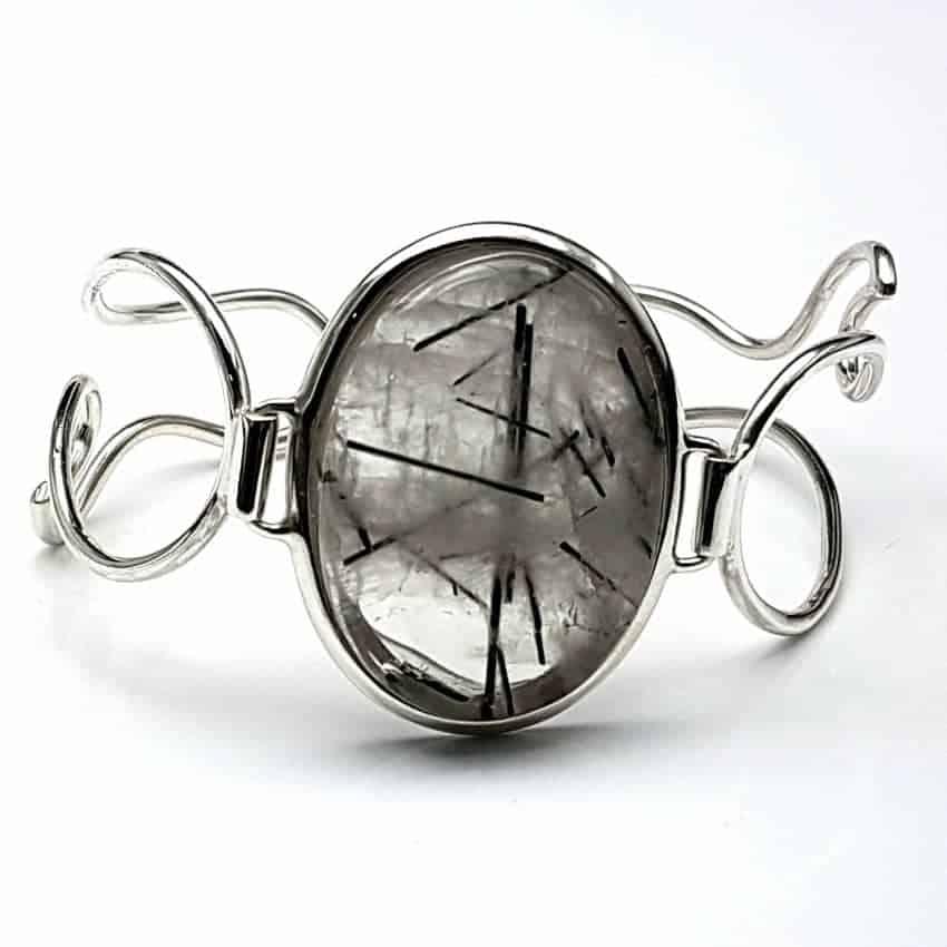 Pulsera de plata y cabujón ovalado de cuarzo turmalinado.