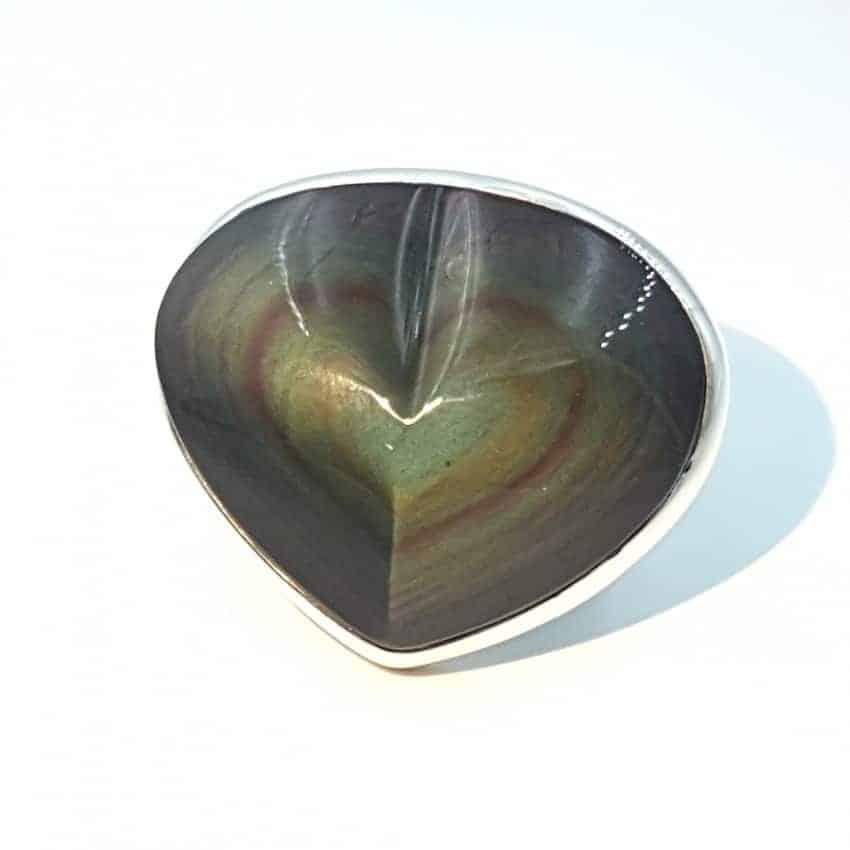 Anillo de plata y obsidiana arcoíris con forma de corazón.