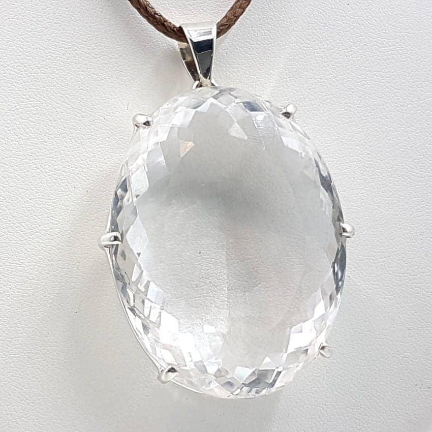 Colgante de plata y cuarzo cristal de roca facetado, forma oval.