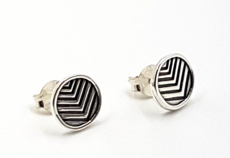 Pendientes con forma circular fabricados en plata de ley